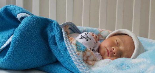 Na mateřské dovolené může být žena u před porodem (otec dítěte až po porodu). Délka mateřské dovolené je 28 týdnů na jedno dítě, nebo 37 týdnů na dvojčata. Během mateřské dovolené dostáváte peněžitou pomoc v mateřství.